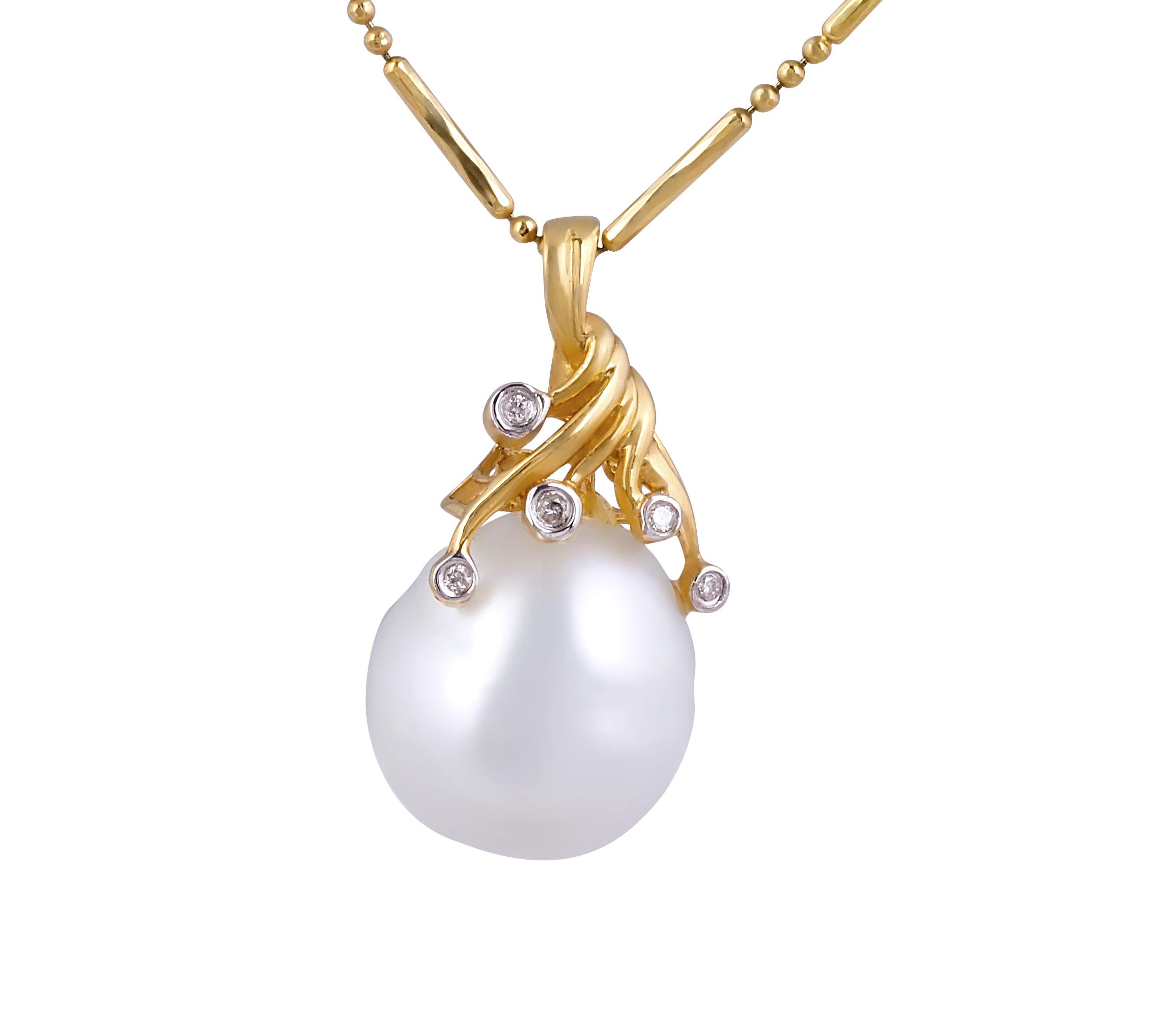 Pearl and Diamond Pendant in 18 Karat Yellow Gold
